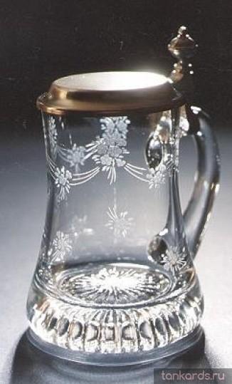 Стеклянная пивная кружка с крышкой и резьбой по стеклу - незабудки