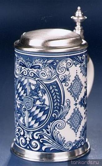 Коллекционная керамическая пивная кружка с крышкой с декоративным орнаментом.
