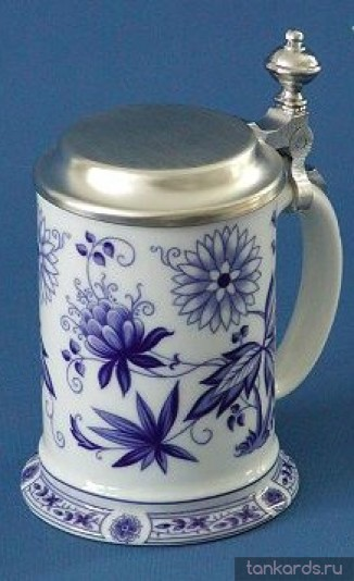Кружка с крышкой и цветочным узором в синем цвете
