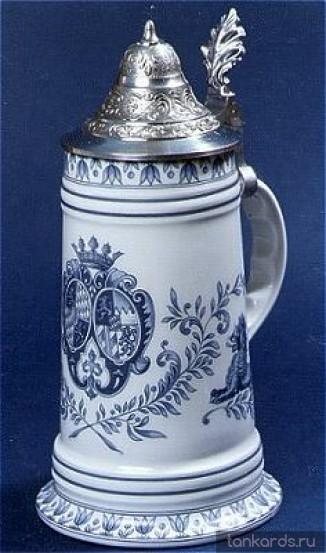 Немецкая керамическая пивная кружка с конусовидной оловянной крышкой и с рисунком герба голубого цвета
