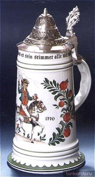Немецкая керамическая пивная кружка с конусообразной крышкой с изображением всадника.