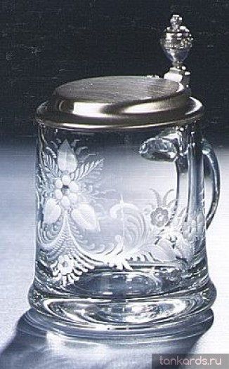 Пузатая стеклянная кружка с нанесеным орнаментом цветов