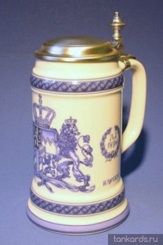 Немецкая керамическая литровая пивная кружка с крышкой и изображением герба Королевства Бавария 1794 в синих тонах