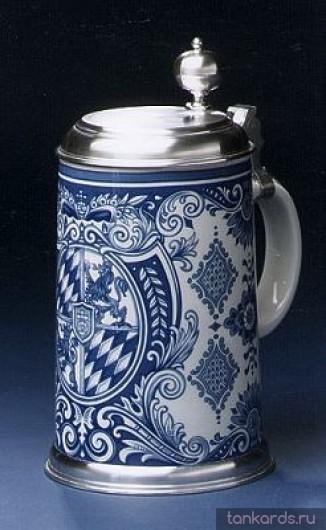 Литровая пивная кружка с крышкой и синей росписью Баварского герба
