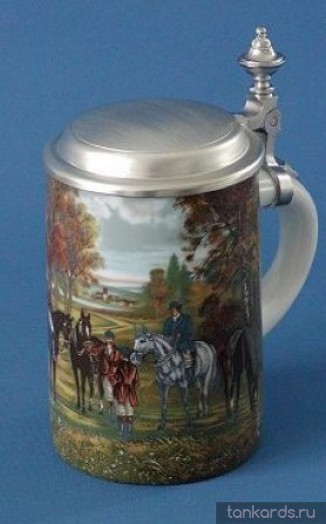 Кружка с плоской крышкой и изображением всадников на лошадях