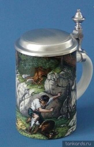 Пивная кружка немецкая с крышкой. На кружке нанесено изображение охотника в лесу