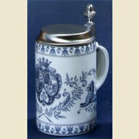 Немецкая пивная кружка с плоской крышкой и изображением герба синего цвета