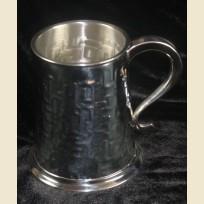 Кружка из олова с нанесенными необычными символами
