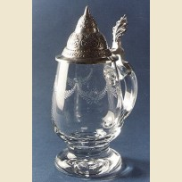 Кружка из стекла в форме бокала с вырезанным рисунком