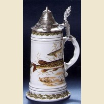 Немецкая керамическая пивная кружка с крышкой и утолщенным дном с изображением щуки.