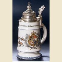 Кружка оригинальной формы с оловянной резной крышкой и изображением герба Баварии