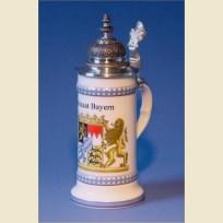 Фарфоровая кружка с устойчивым дном, куполообразной крышкой и изображением герба Баварии