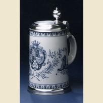 Фаянсовая литровая кружка с крышкой и изображением Баварского королевского герба в голубых тонах