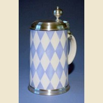 Фаянсовая литровая пивная кружка с крышкой и рисунком баварского флага
