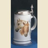 Кружка с оловянной крышкой и изображением лошадей