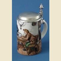 Немецкая пивная кружка из фарфора с плоской крышкой и изображением человека за столом в пабе