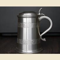 Старинная пивная кружка с крышкой из олова с узорами